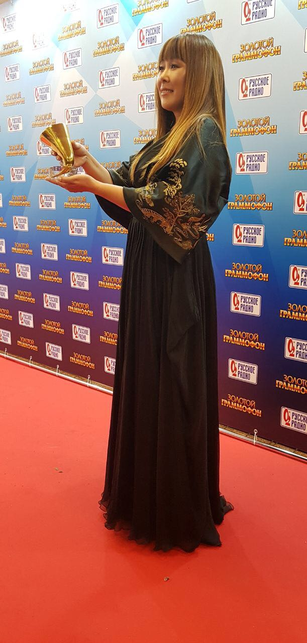 Анита Цой получила «Золотой Граммофон» за песню «Сумасшедшее счастье»