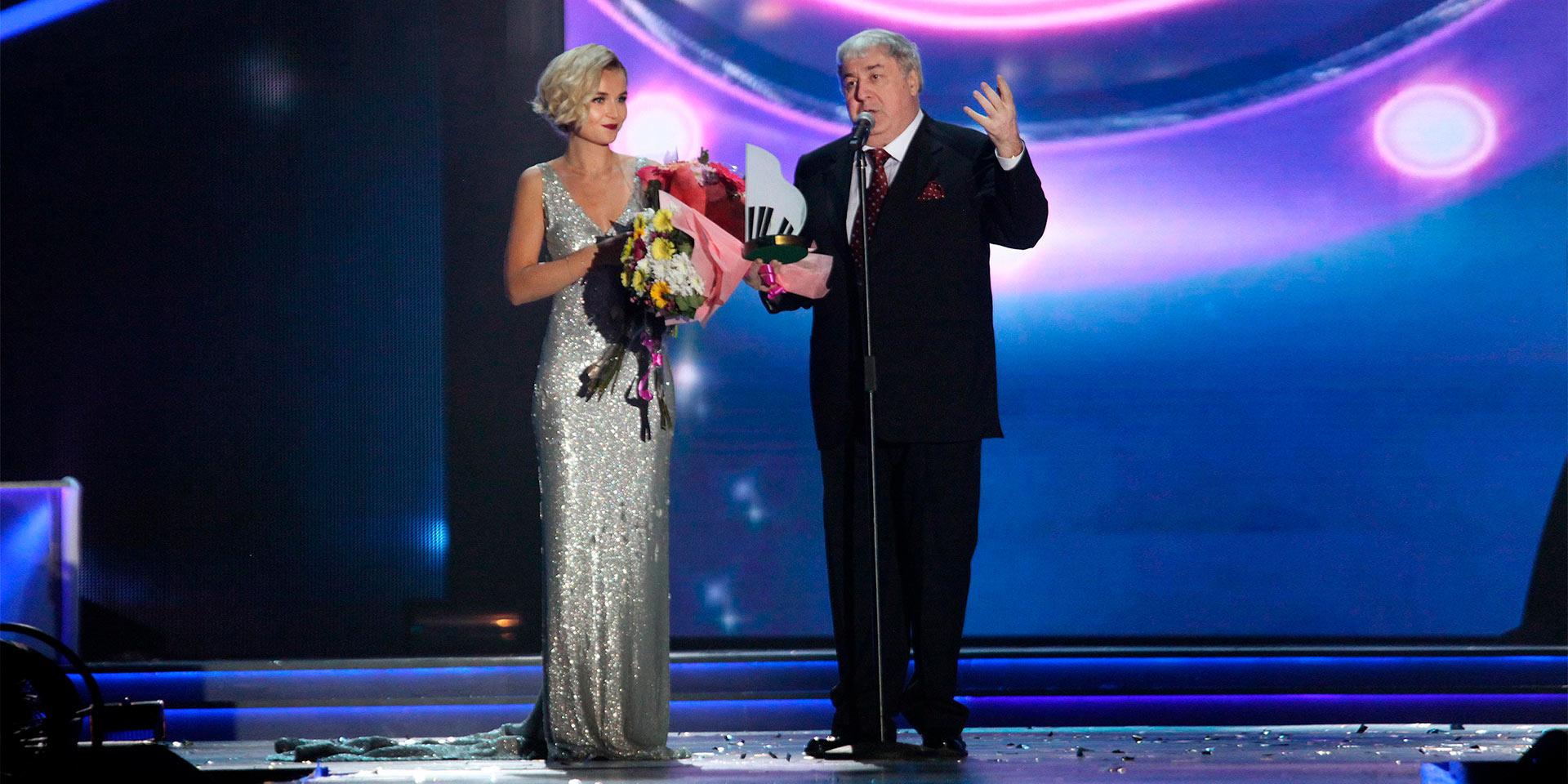 Полина Гагарина вручает Михаилу Гуцериеву награду «Поэт года»
