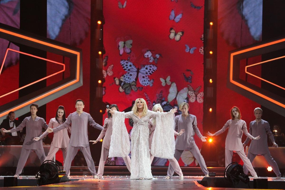 Таисия Повалий исполняет песню «Сердце - дом для любви»