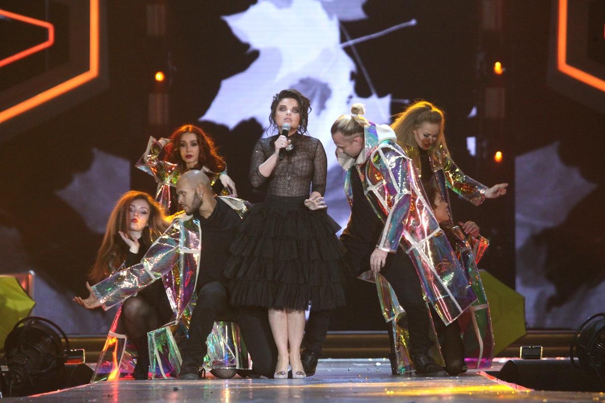 Наташа Королёва исполняет песню «Осень под ногами на подошве»