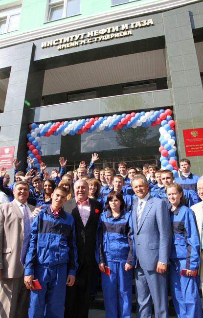 Михаил Гуцериев со студентами на открытии института Нефти и газа в Ижевске